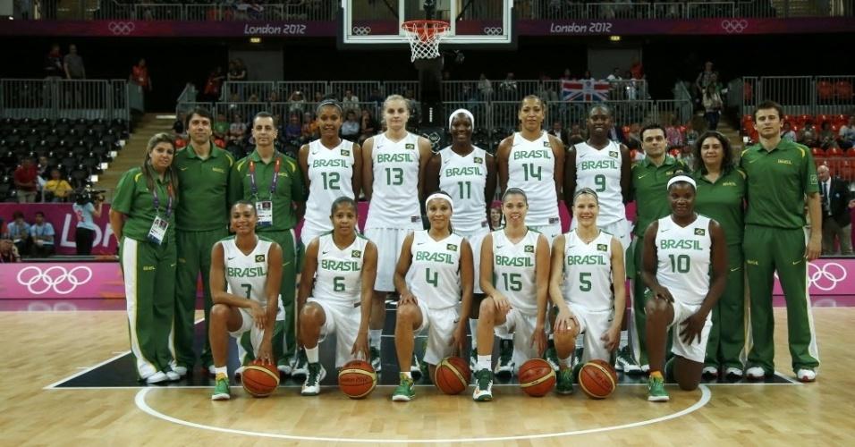 Seleção feminina de basquete posa para a foto antes da estreia na Olimpíada, contra a França