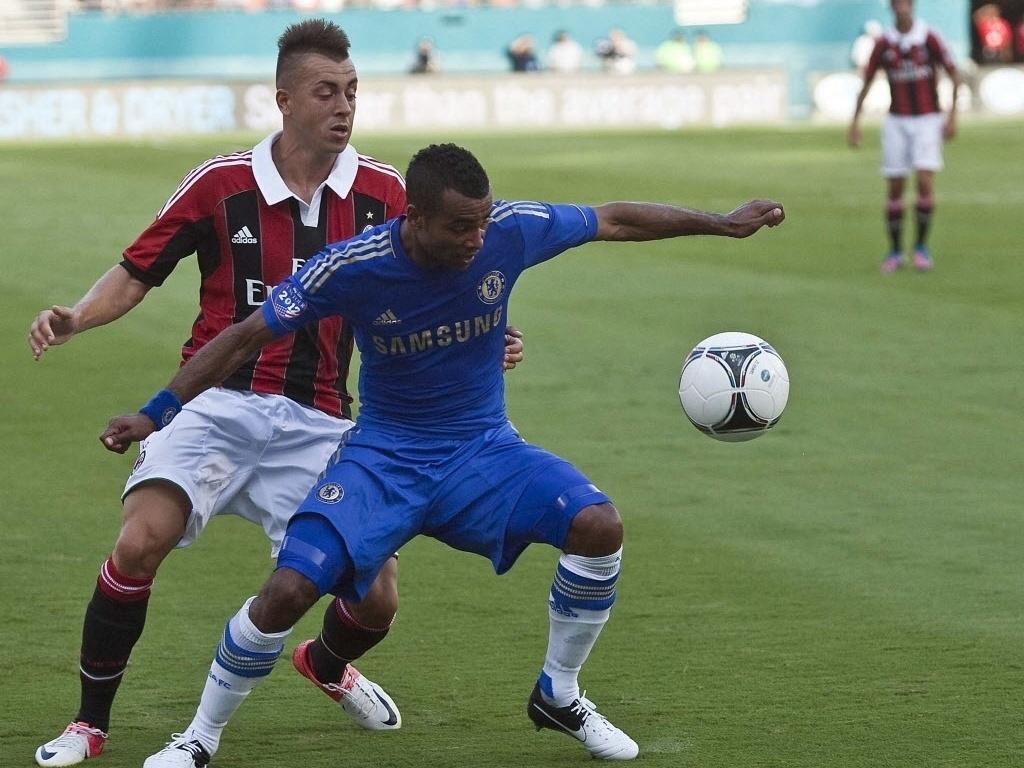 Shaarawy, do Milan, disputa bola co Cole, do Chelsea