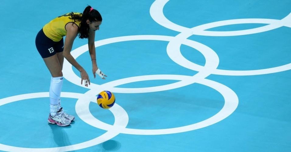 Sheilla, oposto da seleção brasileira de vôlei, se prepara para o saque durante a partida contra a Turquia