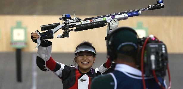 Siling Yi comemora a medalha de ouro no tiro esportivo, a primeira dos Jogos de Londres