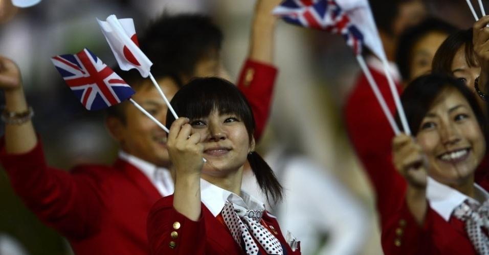 Sorridente, atletas japonesas desfilam na cerimônia de abertura