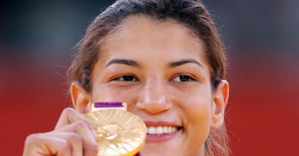 Sorridente, Sarah Menezes exibe a medalha de ouro conquistada nos Jogos Olímpicos de Londres