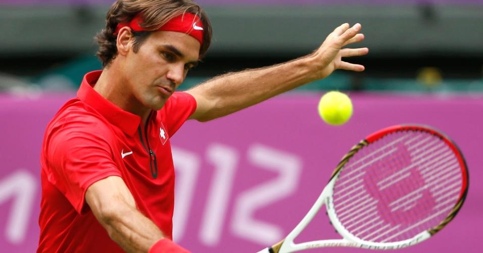 Suíço Roger Federer faz uma devolução em lance da vitória por 2 sets a 1 sobre o colombiano Alejandro Falla no tênis olímpico (28/07/2012)