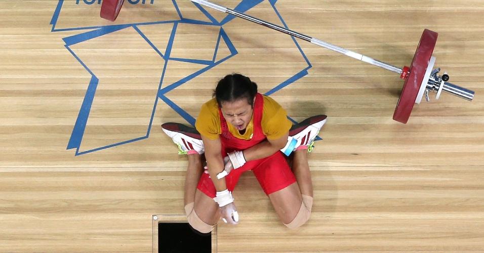 Tailandesa cai e grita de dor ao machucar o braço durante prova do levantamento de peso em Londres (28/07/2012)