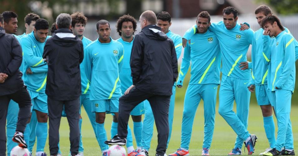 Técnico Mano Menezes conversa com os jogadores do Brasil durante treino realizado em Manchester (28/07/2012)