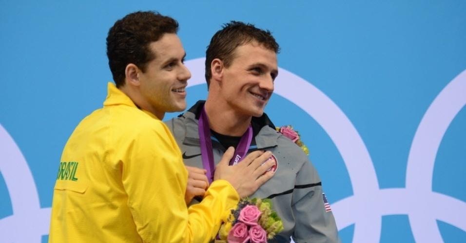 Thiago Pereira cumprimenta Ryan Lochte após a premiação dos 400 m medley; brasileiro ficou com a prata