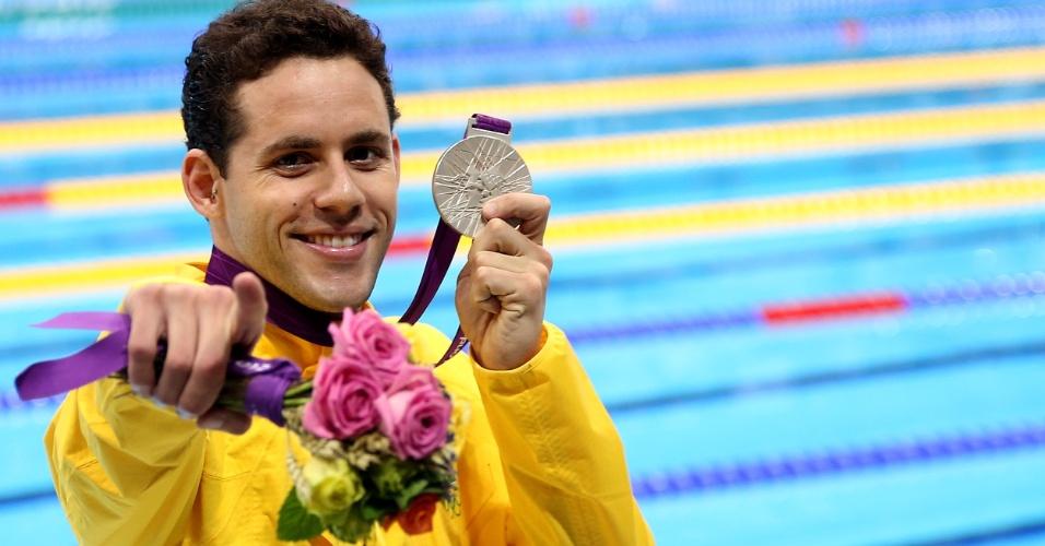 O nadador Thiago Pereira exibe a medalha de prata conquistada nos 400 m medley nos Jogos Olímpicos de Londres