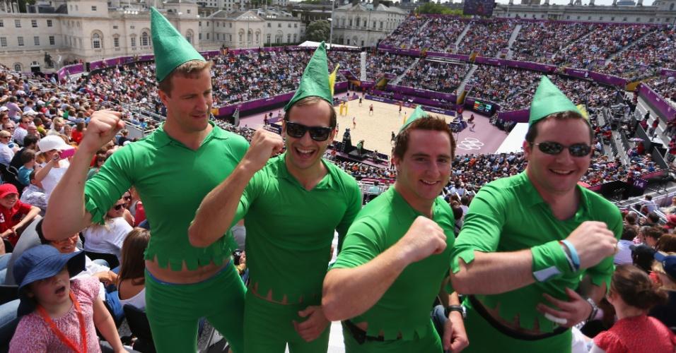 Torcedores inovaram no figurino para acompanhar a estreia do vôlei de praia em Londres