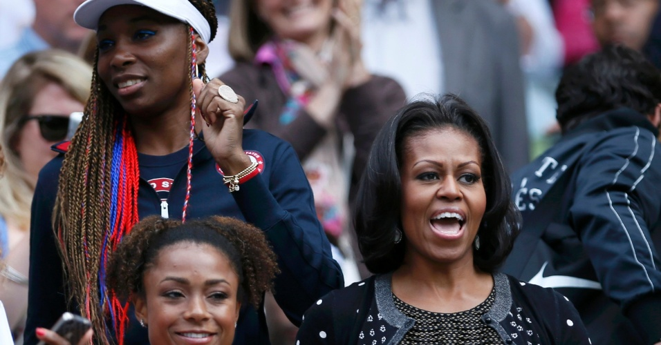 Venus Williams e primeira-dama Michelle Obama (d) comemoram a vitória de Serena Williams sobre Jelena Jankovic no tênis olímpico (28/07/2012)