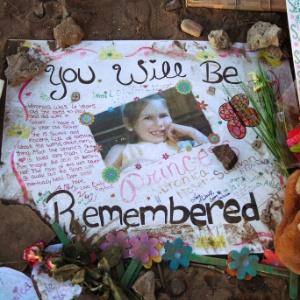 Cartaz em memória de Veronica Moser-Sullivan, 6, vítima fatal do massacre em Aurora, no colorado (EUA), é visto no memorial em homenagem às vítimas - Ted S. Warren/AP
