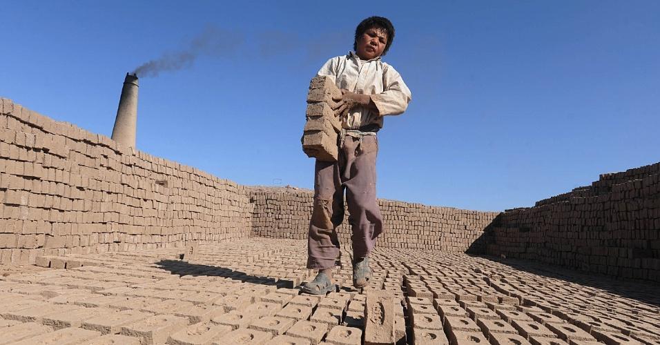 29.jul.2012 - Criança afegã trabalha em fábrica de tijolos, neste domingo (29), nos arredores de Herat, no Afeganistão. Segundo o banco mundial, a economia do país deve crescer 4,9% até 2025