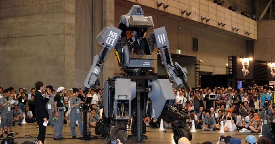 """29.jul.2012 - O robô """"Kuratas"""", da empresa japonesa de eletrônicos Suidobashi, é apresentado ao público no festival """"Maravilha"""", em Chiba, subúrbio de Tóquio (Japão)"""