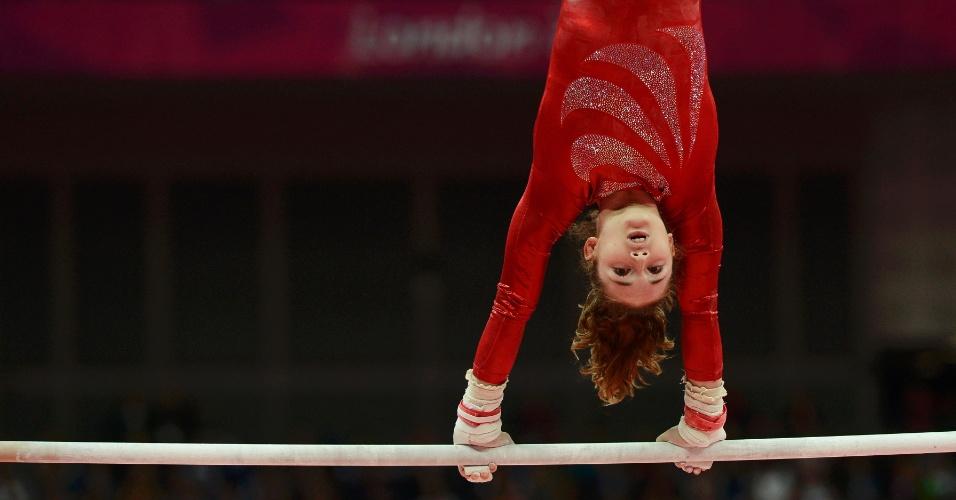 A ginasta Jennifer Pinches realiza rotina nas barras assimétricas durante Jogos de Londres-2012 (29/07/2012)