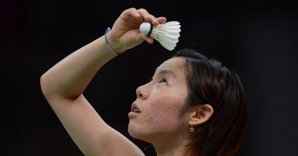 A japonesa Sayaka Sato se prepara para o saque no badminton durante disputa em Londres
