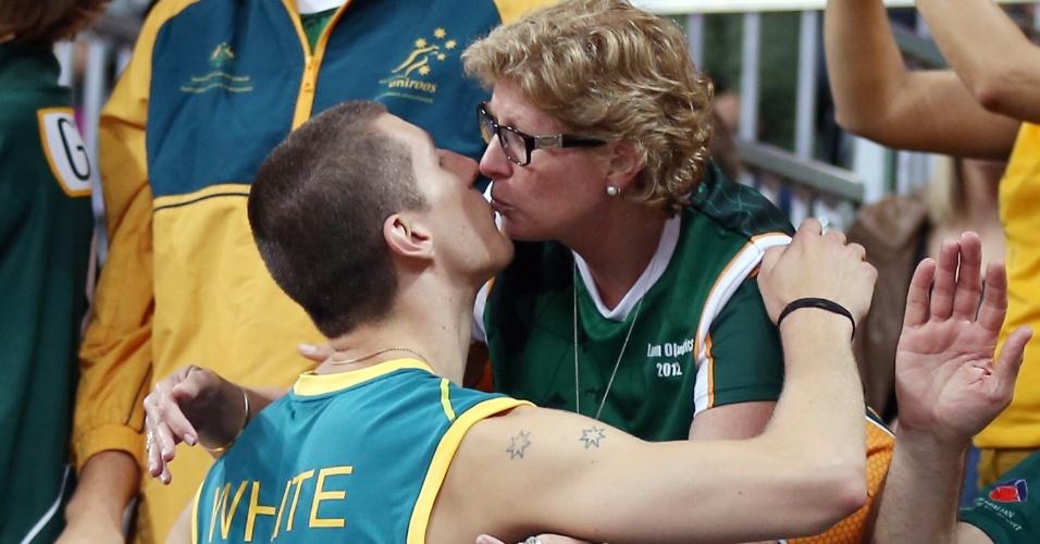 Adam White, da seleção de vôlei da Austrália, recebe beijo de familiar após jogo contra a Argentina