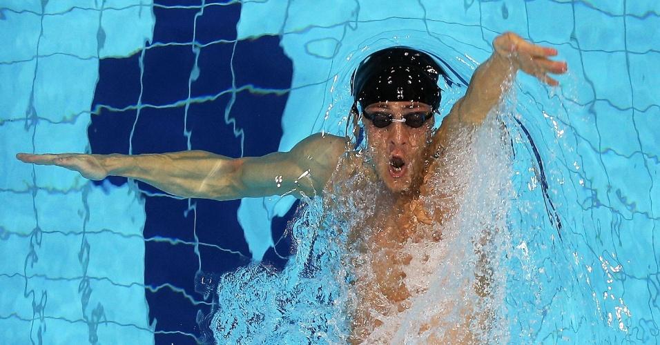 Alezandr Tarabrin dá suas braçadas nas eliminatórias dos 100 m costas (29/07/2012)
