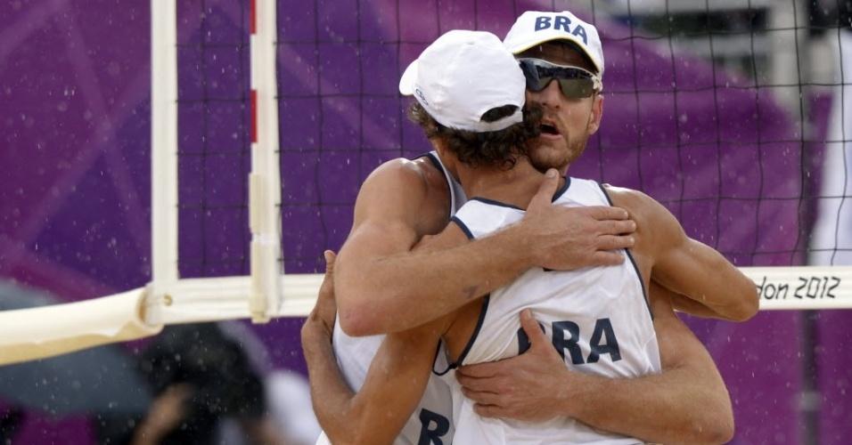 Alison e Emanuel se abraçam após a apertada vitória sobre dupla austríaca na estreia dos brasileiros em Londres