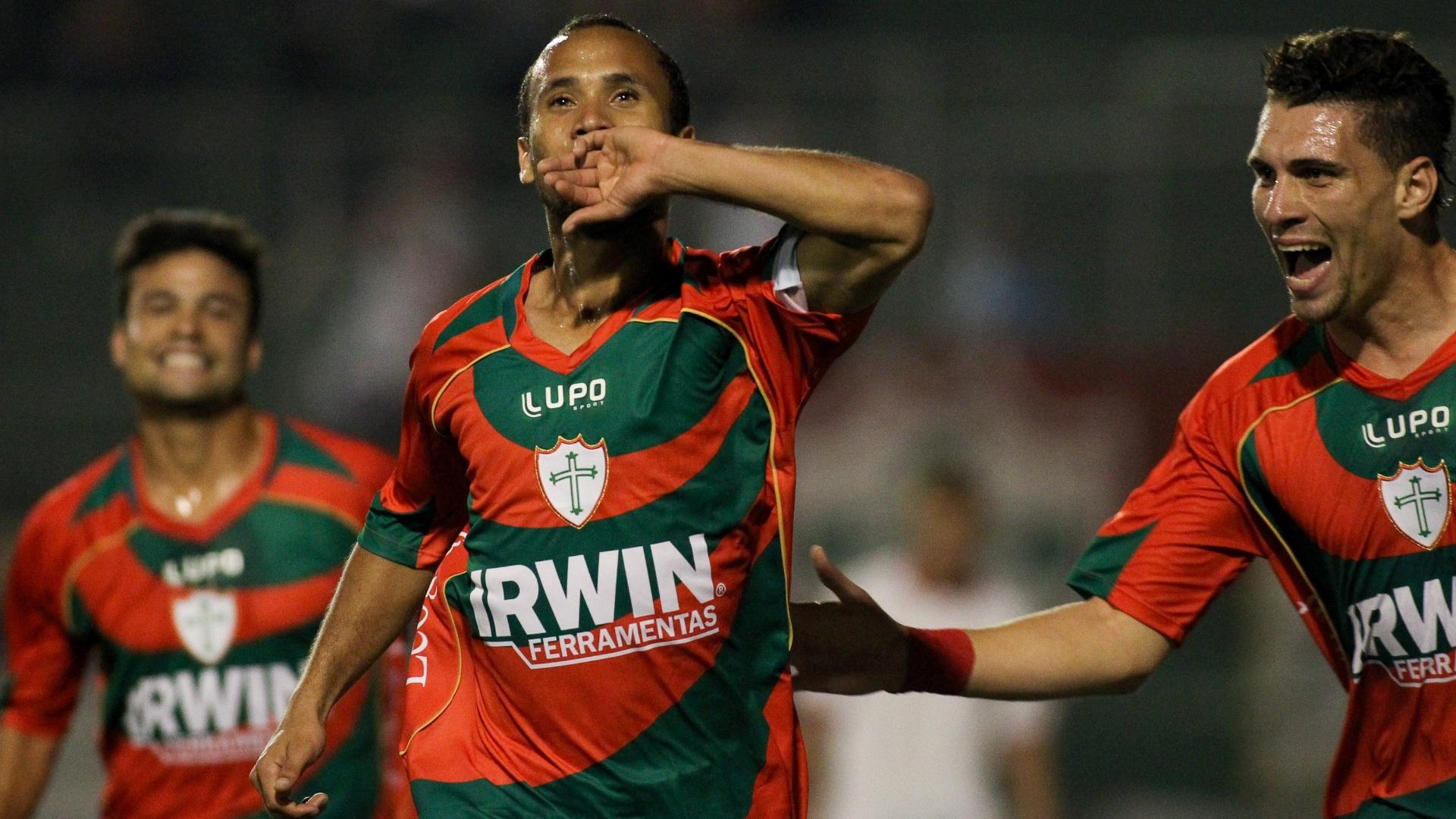 Ananias, da Portuguesa, comemora após marcar gol durante a partida contra o Náutico, válida pela 13ª rodada do Campeonato Brasileiro, no Estádio do Canindé