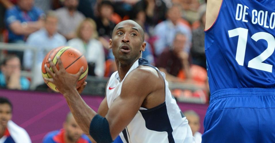 Apertado pelo francês Nando De Colo, o ala norte-americano Kobe Bryant tenta jogada na estreia dos Jogos Olímpicos de Londres