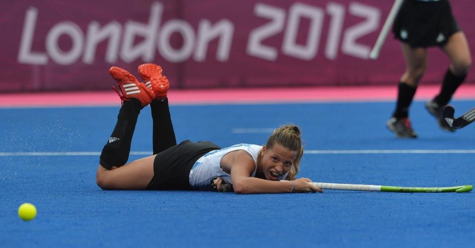 Argentina Martina Cavallero observa a bolinha caída no chão em partida deste domingo