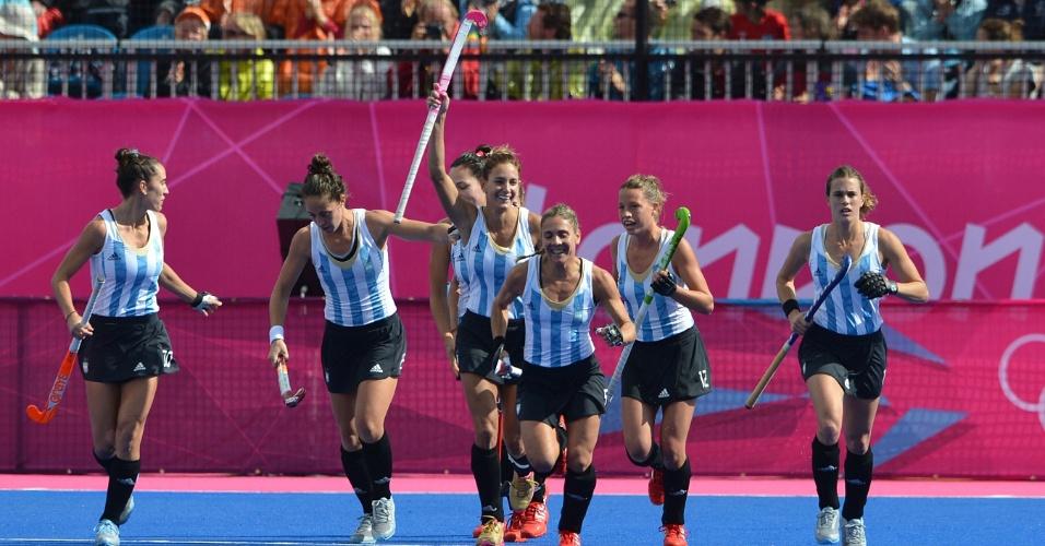 """As """"leonas"""" argentinas voltam para seu campo após comemorar gol contras sul-africanas"""