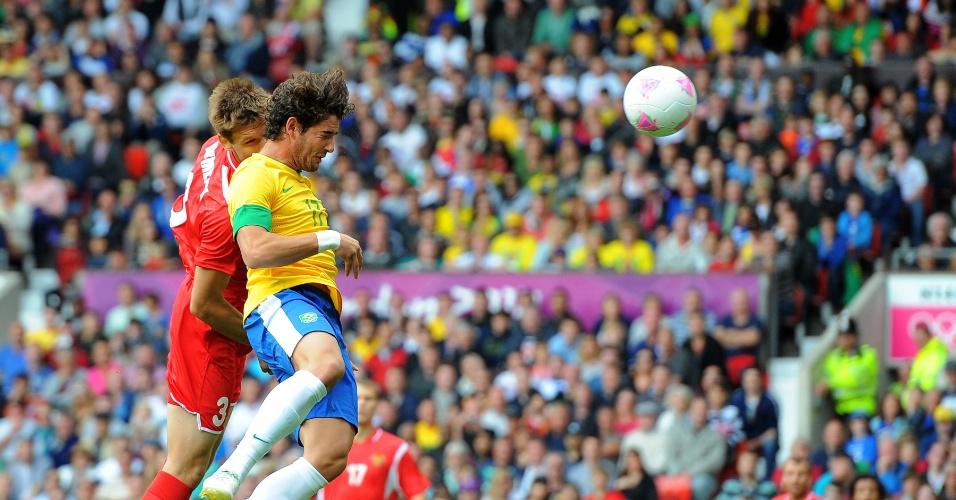 Atacante Alexandre Pato sobe e cabeceia para empatar o jogo contra Belarus