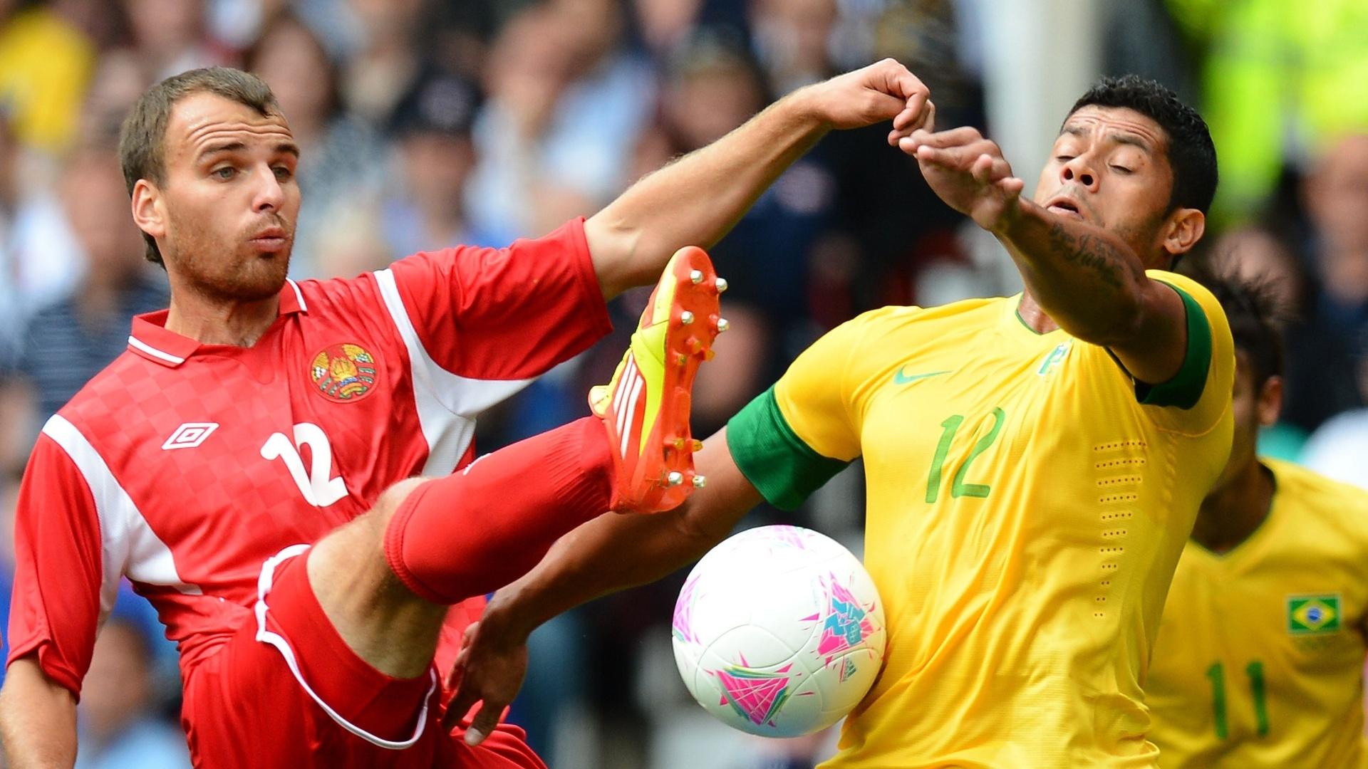 Atacante Hulk tenta passar pela marcação de Belarus no segundo jogo brasileiro na Olimpíada