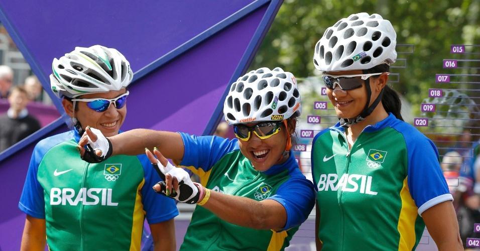 Atletas da equipe de ciclismo do Brasil ficam descontraídas antes de prova de estrada em Londres