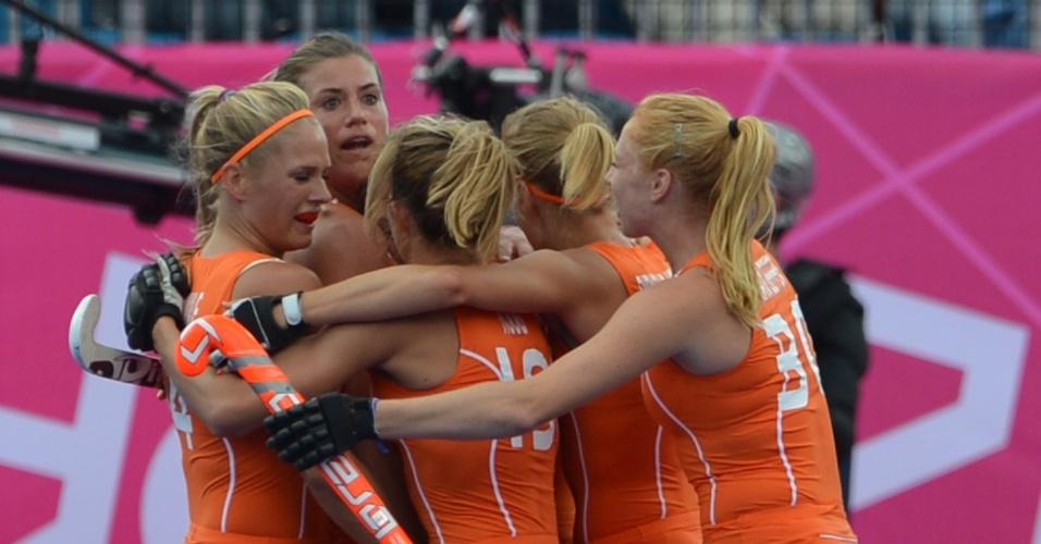 Atletas da seleção holandesa se abraçam após anotarem gol contra a Bélgica