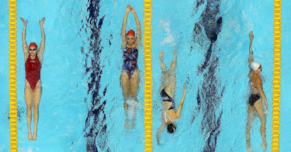 Atletas fazem aquecimento na piscina do centro aquático no segundo dia da natação olímpica em Londres (29/07/2012)