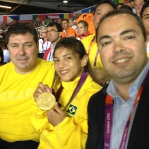 Aurélio Miguel, Sarah Menezes e Rogério Sampaio posam para foto, ele são os únicos medalhistas de ouro no judô em Olimpíadas