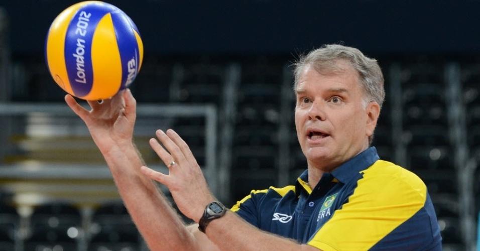 Bernardinho, técnico da seleção brasileira de vôlei, segura a bola e conversa com seus jogadores