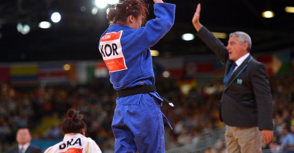 Brasileira Erika Miranda, de branco, perdeu para a sul-coreana Kim Kyung-Ok e ficou fora da categoria até 52 kg