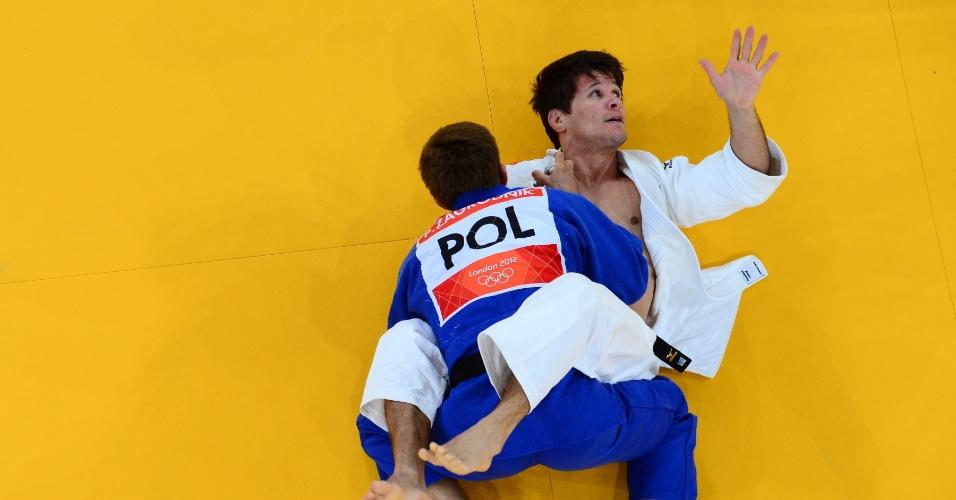 Brasileiro Leandro Cunha, de branco, foi derrotado pelo polonês Pawel Zagrodnik na estreia da categoria até 66 kg