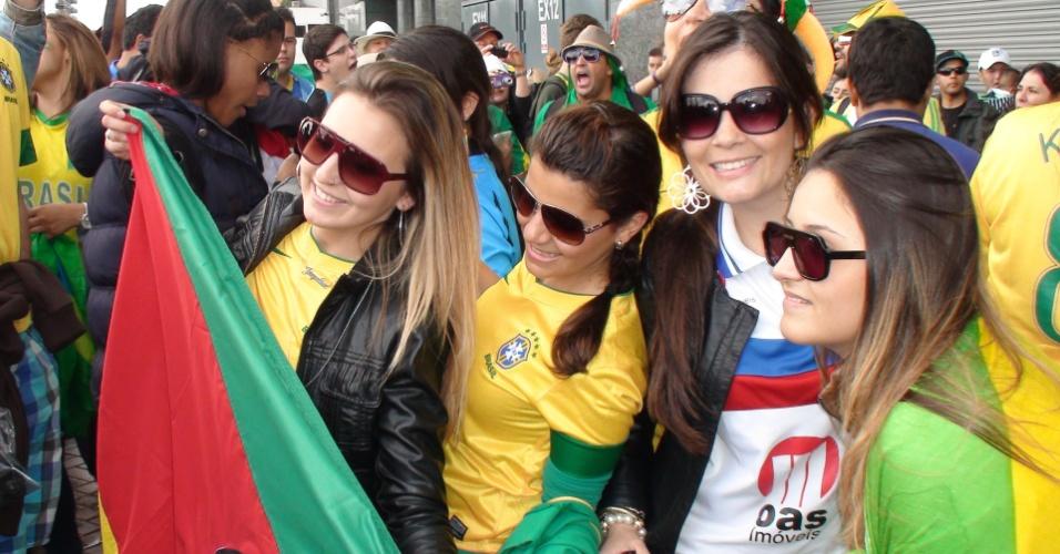 Brasileiros marcam presença no estádio Old Trafford, em Manchester, para segundo jogo da seleção de futebol masculino na Olimpíada