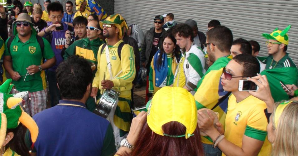 Brasileiros se aquecem com samba para segunda partida da seleção de futebol masculino nos Jogos Olímpicos