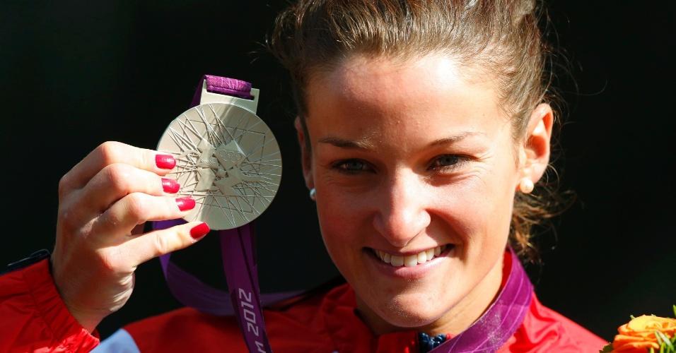 Britânica Elizabeth Armitstead exibe a medalha de prata conquistada no ciclismo (29/07/2012)