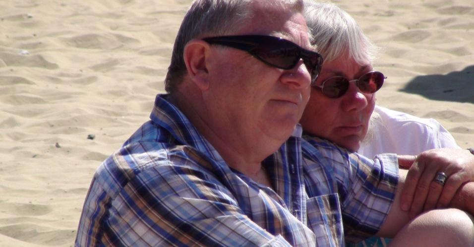 Casal ocupa espaço montado na praia de Weymouth para seguir as competições da Olímpiada