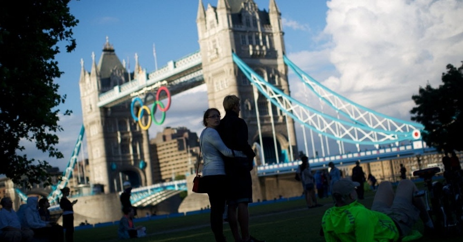Casal se abraça à frente da Tower Bridge, um dos principais pontos turísticos da cidade de Londres