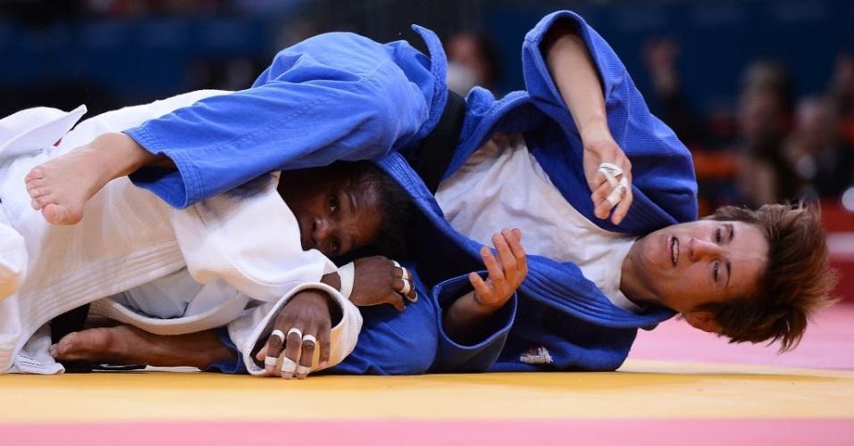 Cubano Yanet Bermoy Acosta (e) e Ilse Heylen, da Bélgica, ficam engalfinhados durante disputa no judô na Olimpíada de Londres (29/07/2012)