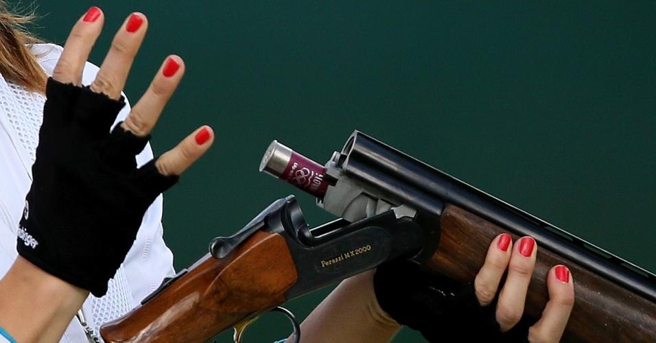 Danka Bartekova, da Eslováquia, troca cartucho de seu rifle na final da prova do tiro