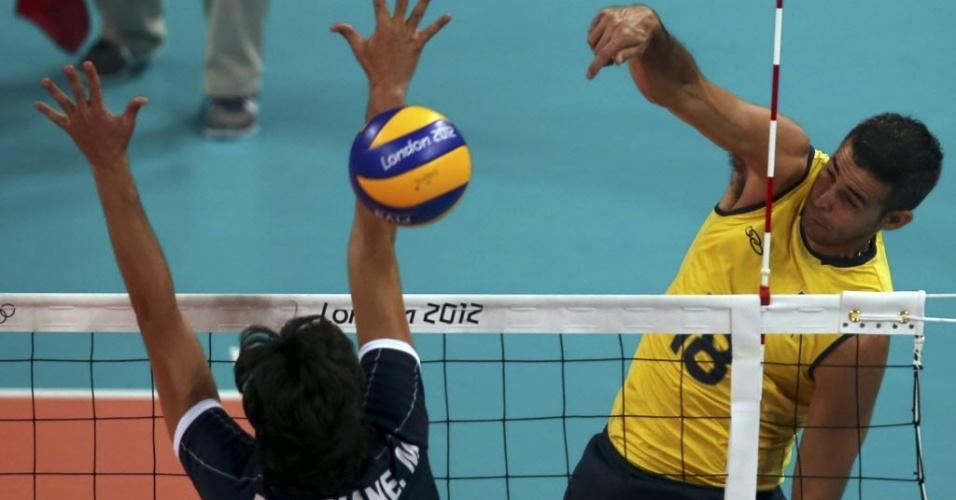 Dante ataca contra o bloqueio da Tunísia, na estreia da seleção brasileira na Olimpíada