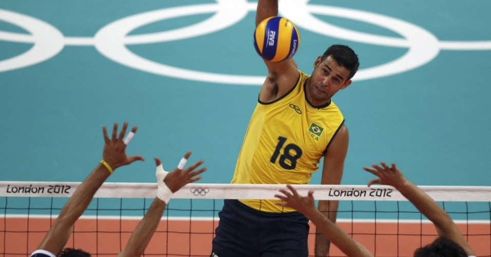 Dante, ponta da seleção de vôlei, ataca contra bloqueio duplo da Tunísia, na estreia do Brasil em Londres