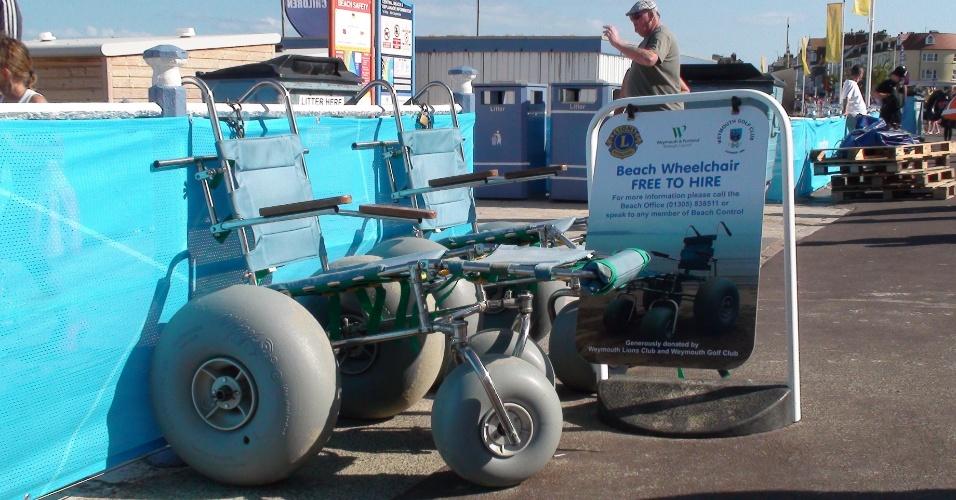 Entre os serviços oferecidos na praia de Weymouth está o aluguel de cadeira de rodas adaptadas para a areia