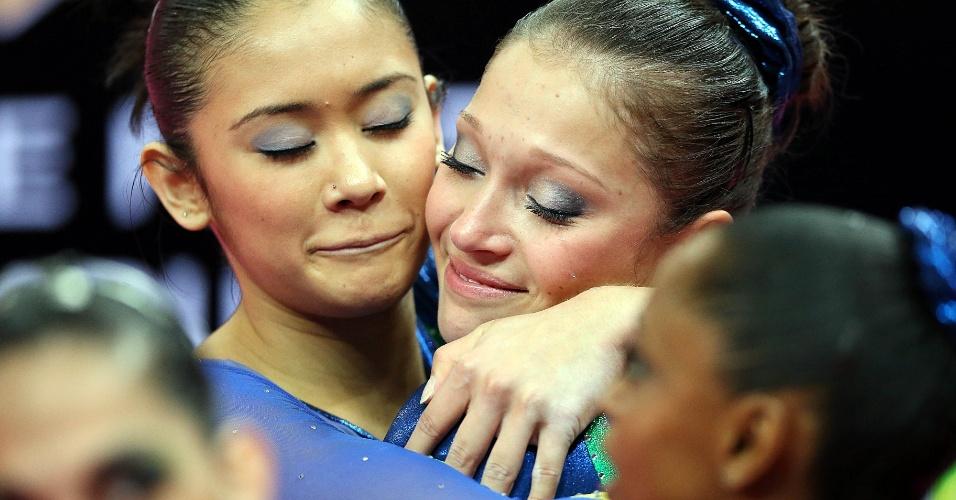 Equipe brasileira se abraça após o final da apresentação na eliminatória da ginástica