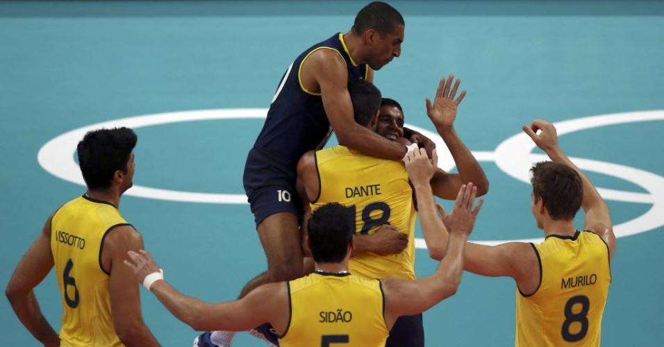 Escadinha pula em cima de Wallace e jogadores comemoram ponto do Brasil no duelo com a Tunísia