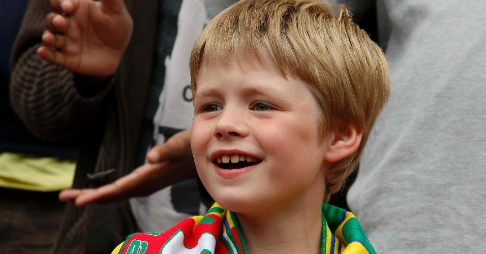 Garoto aguarda o início da partida entre Brasil e Belarus pelo futebol masculino olímpico em Londres (29/07/2012)