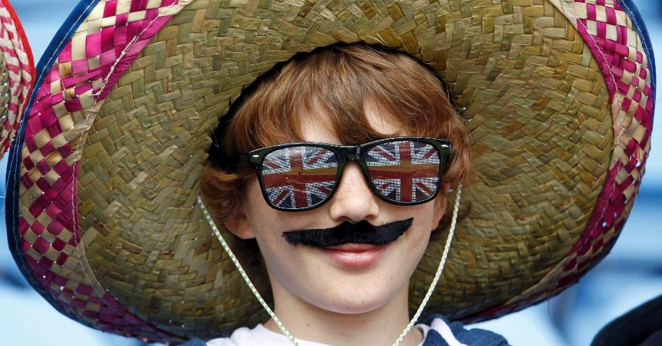 Garoto usa sombrero e bigode para assistir ao jogo entre México e Gabão pelo futebol masculino olímpico (29/07/2012)