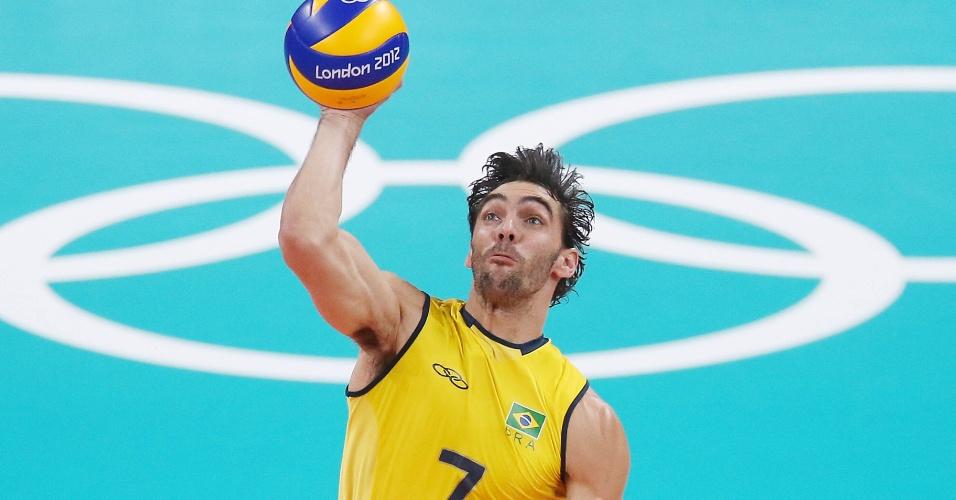 Giba, ponta e capitão do Brasil, ataca bola do fundo da quadra no duelo contra a Tunísia
