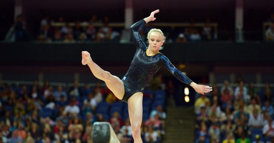 Ginasta sueca Jonna Adlerteg tenta manter equilíbrio sobre trave em eliminatória dos Jogos (29/07/12)